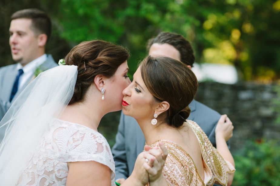 bridemaid kiss at brookwood garden